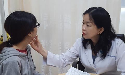 TS BS. Lê Thái Vân Thanh đang tư vấn cho chị em cách chăm sóc da