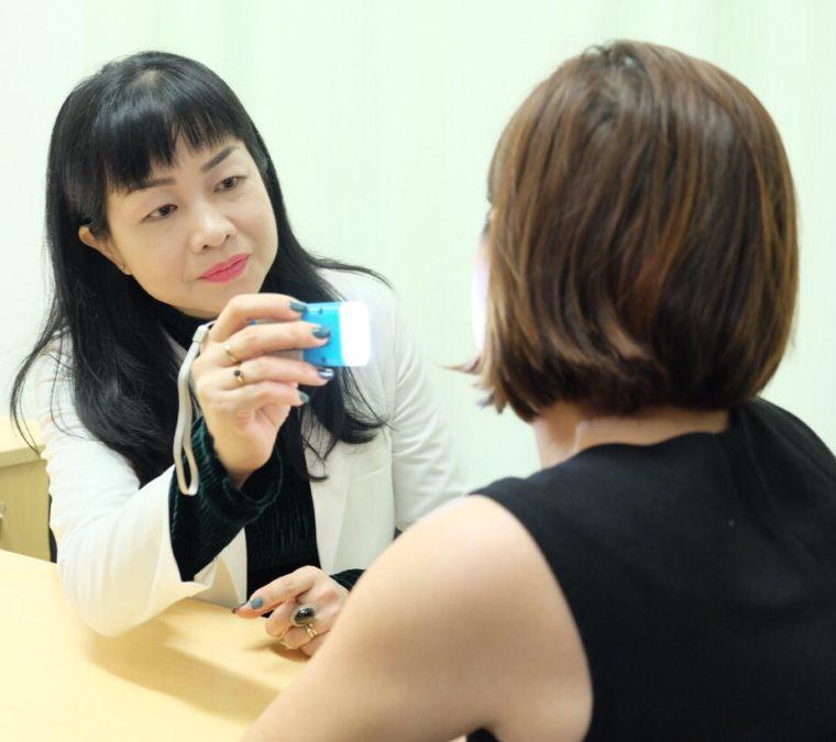 Bác sĩ Lê Thái Vân Thanh đang khám da cho 1 bệnh nhân